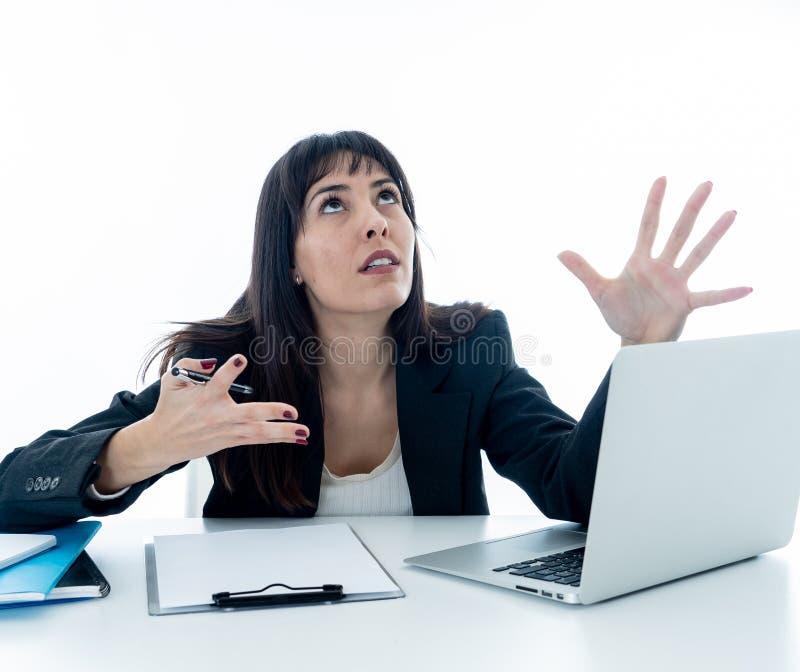 Junge Geschäftsfrau betont und hoffnungslos mit Laptop Frustrierendes und stressiges Arbeitsumfeld stockfotos