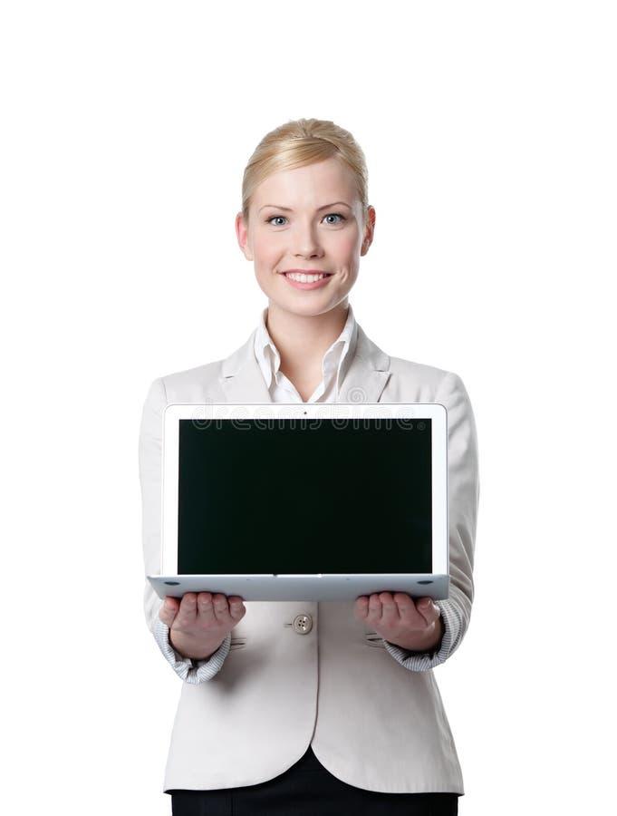 Junge Geschäftsfrau bietet Laptop an lizenzfreies stockfoto