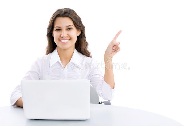 Junge Geschäftsfrau, die auf Ecke zeigt stockbild