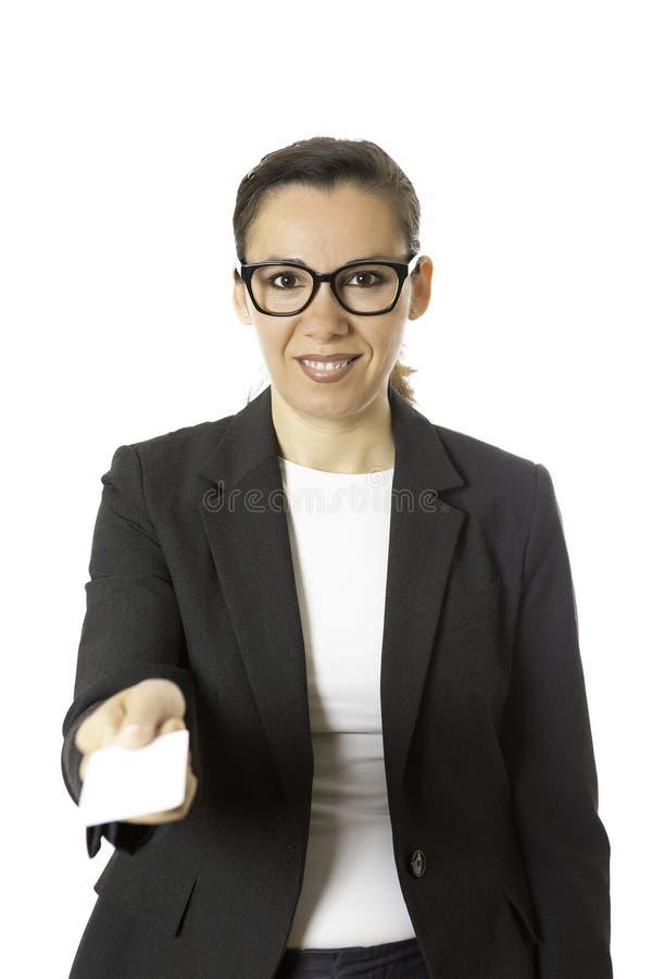 Junge Geschäftsfrau, die eine Besuchskarte anbietet stockbilder