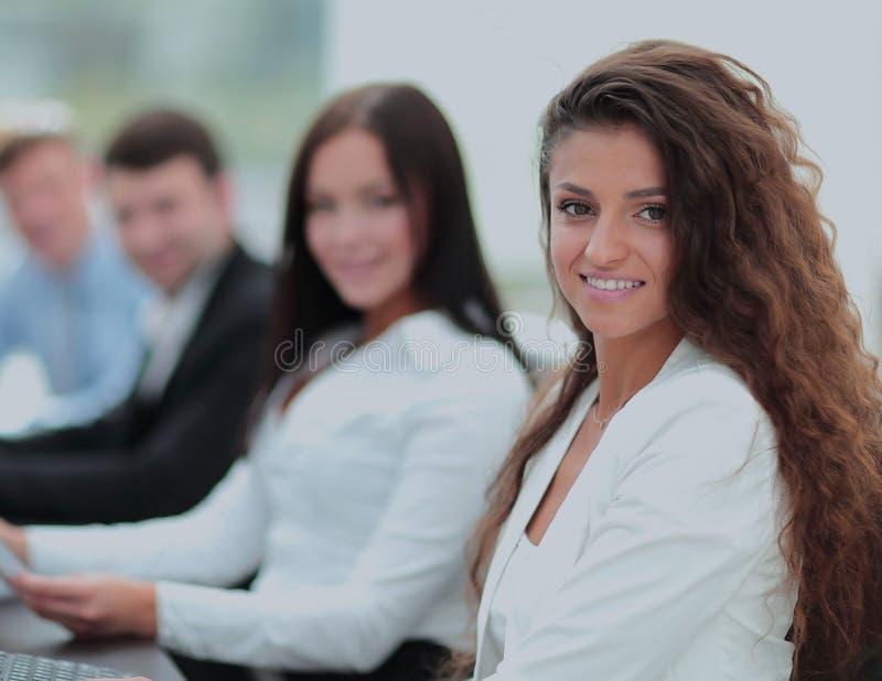Junge Geschäftsfrau, die in einem Büro unter Verwendung des Computers mit Co arbeitet lizenzfreie stockbilder