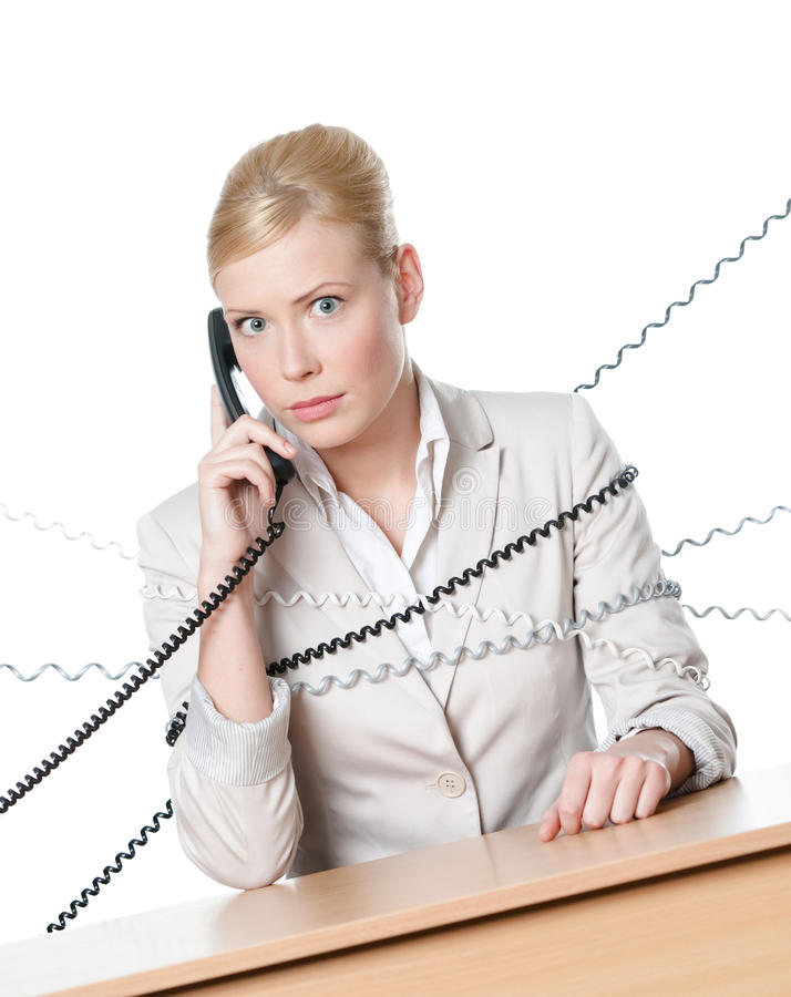 Junge Geschäftsfrau, die an einem Schreibtisch gebunden mit pH sitzt lizenzfreies stockfoto