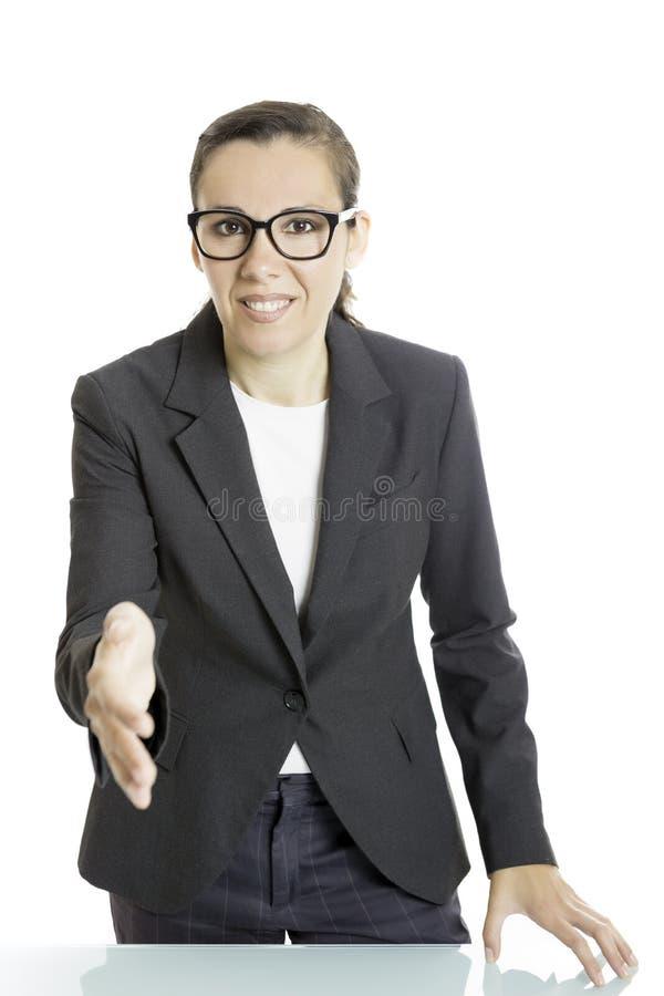 Junge Geschäftsfrau, die einen Händedruck anbietet stockfoto