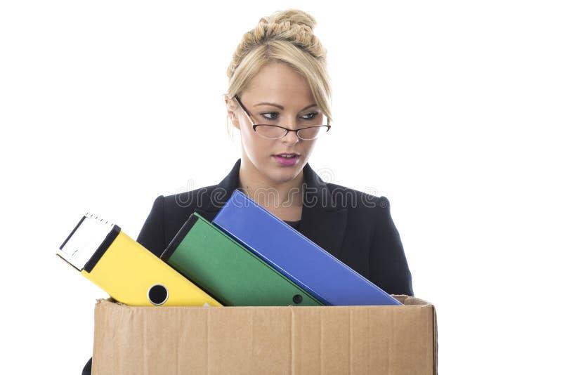 Junge Geschäftsfrau, die einen Kasten Dateien trägt stockbilder