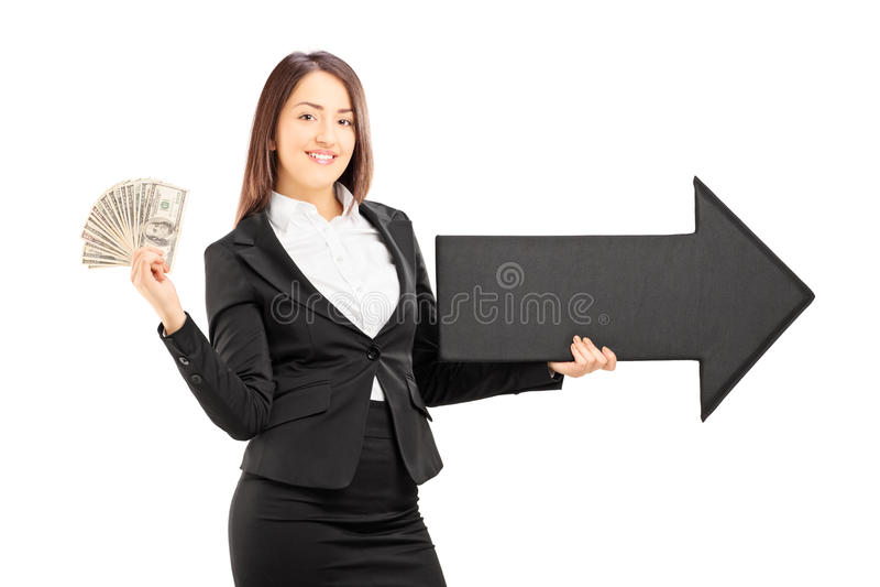 Junge Geschäftsfrau, die einen Pfeil zeigt auf das Recht und das d hält stockfotografie