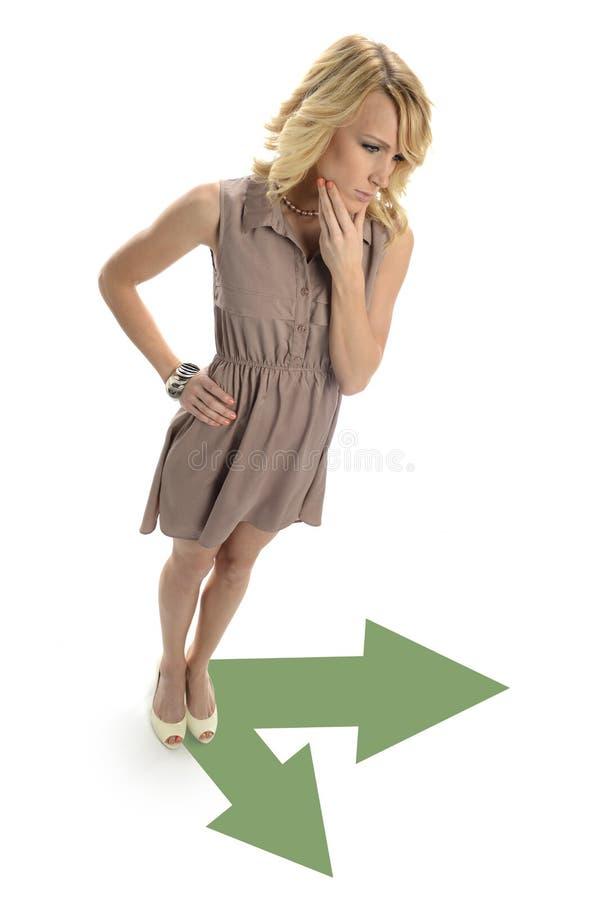 Junge Geschäftsfrau, die Entscheidungen trifft stockbild
