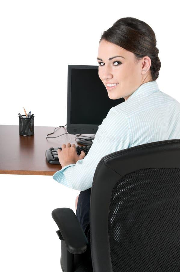 Junge Geschäftsfrau, die, getrennt auf Weiß schreibt stockfoto