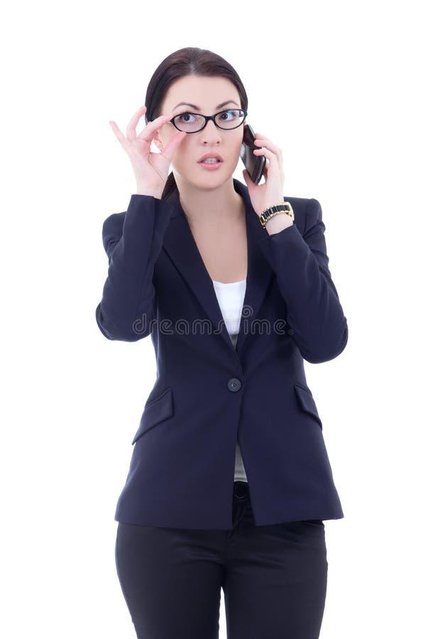 Junge Geschäftsfrau, die am Handy lokalisiert auf Whit spricht stockfotos