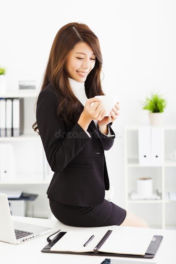 Junge Geschäftsfrau, die im Büro arbeitet lizenzfreie stockfotografie
