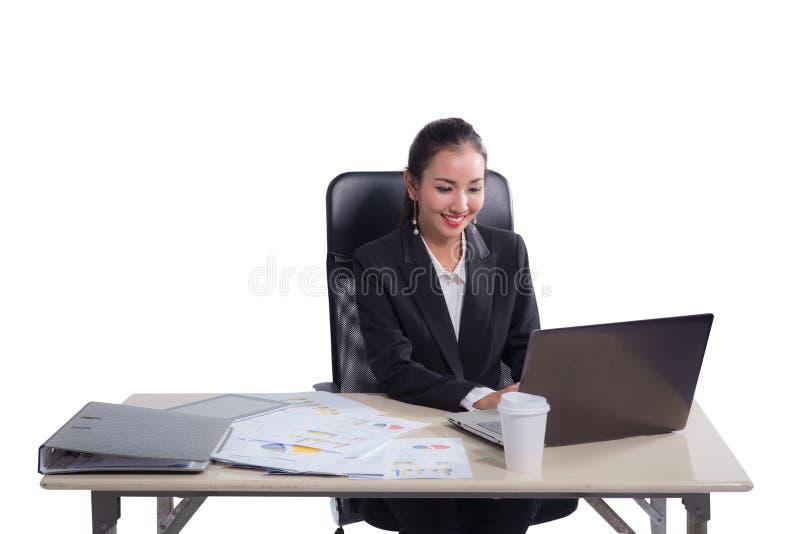 Junge Geschäftsfrau, die im Büro, schreibend, unter Verwendung des Computers arbeitet lizenzfreie stockbilder