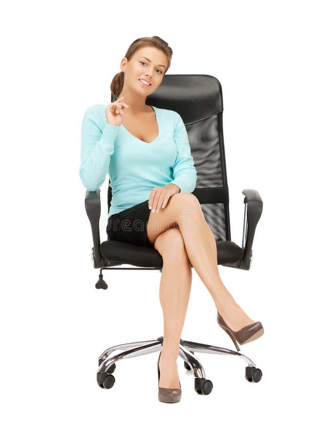 Junge Geschäftsfrau, die im Stuhl sitzt stockfotos