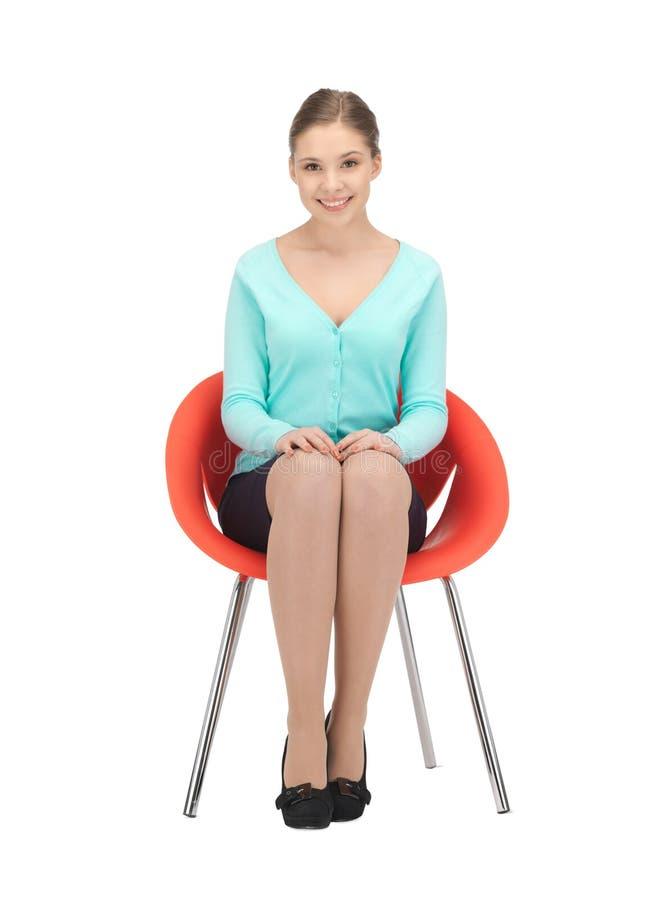 Junge Geschäftsfrau, die im Stuhl sitzt lizenzfreie stockbilder