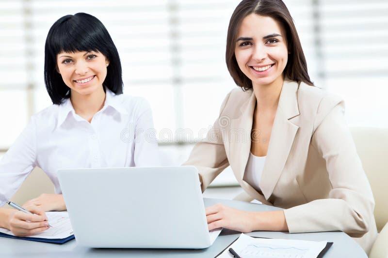 Junge Geschäftsfrau, die Laptop verwendet stockbilder