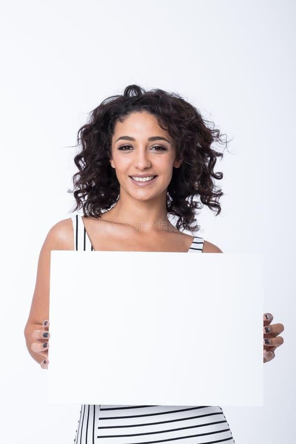 Junge Geschäftsfrau, die leeres Zeichen hält stockfotografie