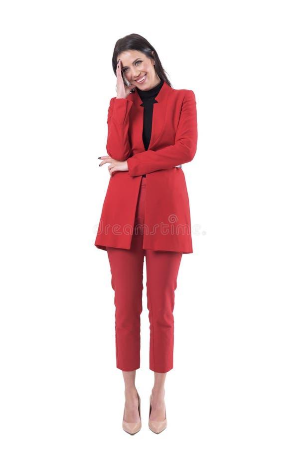 Junge Geschäftsfrau, die mit der Hand und Lachen verwirrt sich versteckt lizenzfreie stockfotos