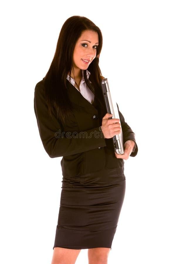 Junge Geschäftsfrau, die mit einem Laptop steht stockbild