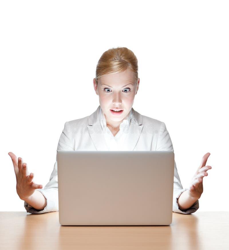Junge Geschäftsfrau, die mit Laptop sitzt stockfotos