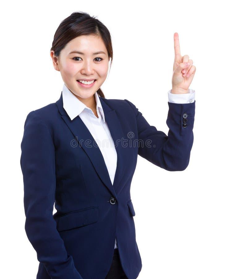 Junge Geschäftsfrau, die oben zeigt lizenzfreie stockbilder