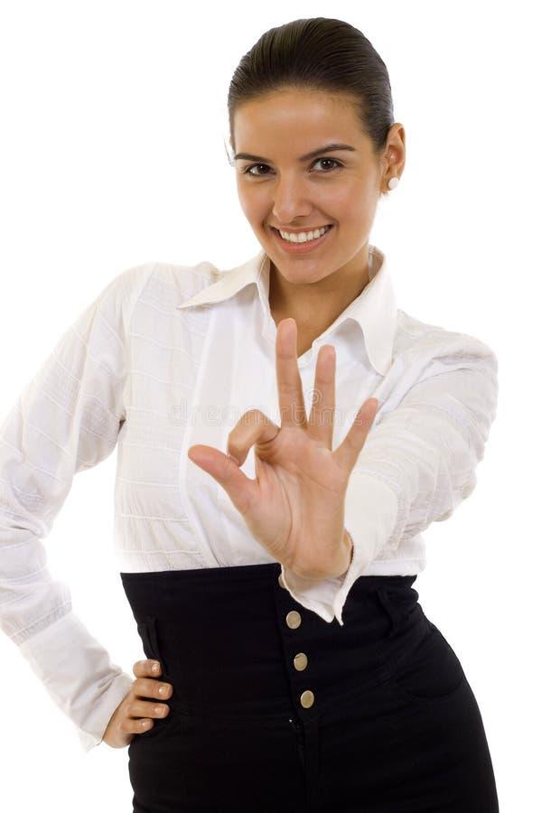 Junge Geschäftsfrau, die okayzeichen anzeigt lizenzfreie stockfotografie