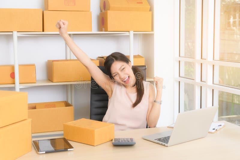 Junge Geschäftsfrau, die online mit Laptop arbeitet lizenzfreies stockbild
