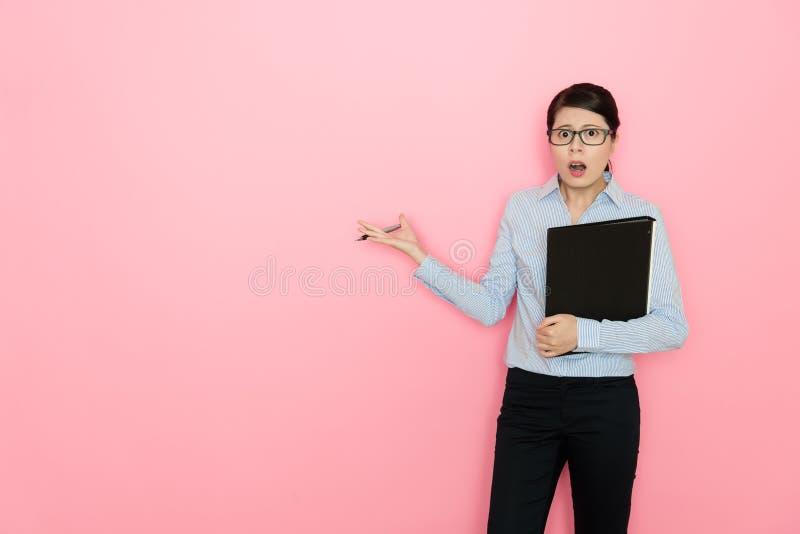 Junge Geschäftsfrau, die Sitzungsdateiordner hält lizenzfreie stockbilder