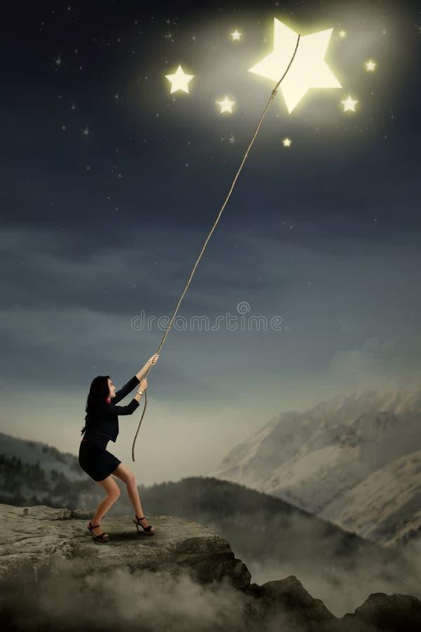 Junge Geschäftsfrau, die Sterne zieht lizenzfreie stockbilder