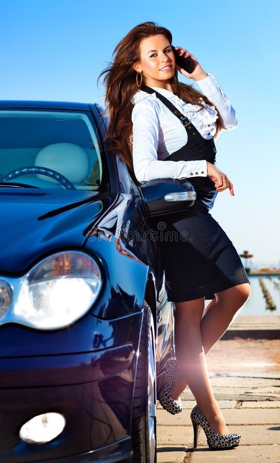 Junge Geschäftsfrau, die am Telefon spricht lizenzfreies stockbild