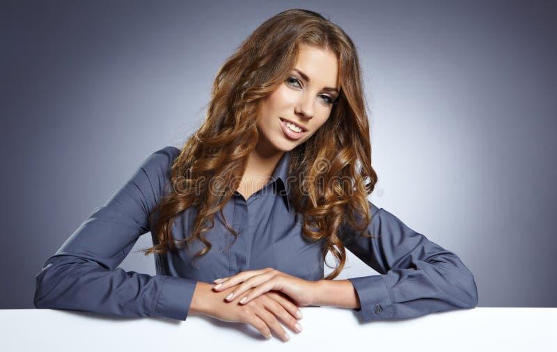 Download Junge Geschäftsfrau, Die Unbelegtes Schild Zeigt Stockfoto - Bild von ansage, glücklich: 26371920