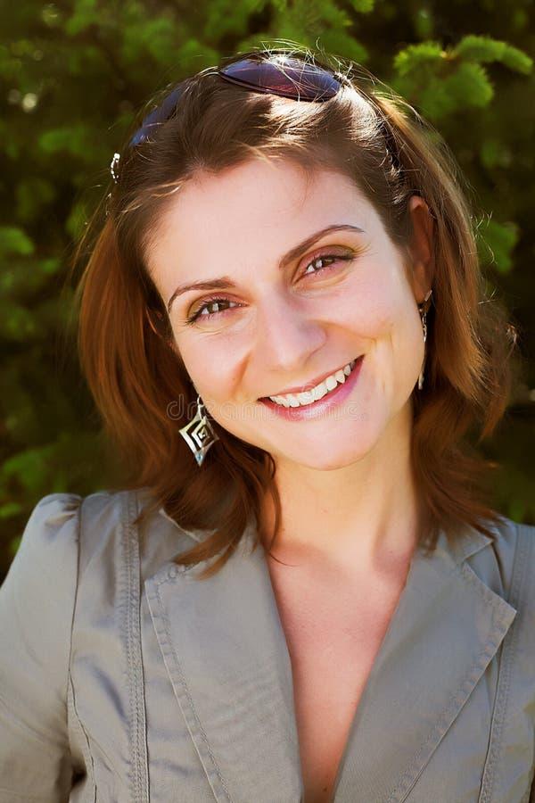 Junge Geschäftsfrau in einer natürlichen Umwelt lizenzfreies stockfoto