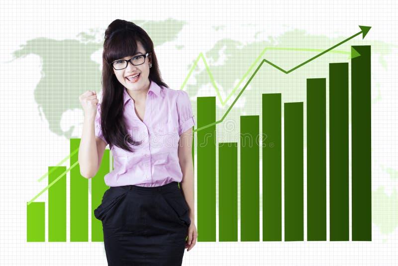 Junge Geschäftsfrau feiern ihr Geschäftswachstum stockfoto