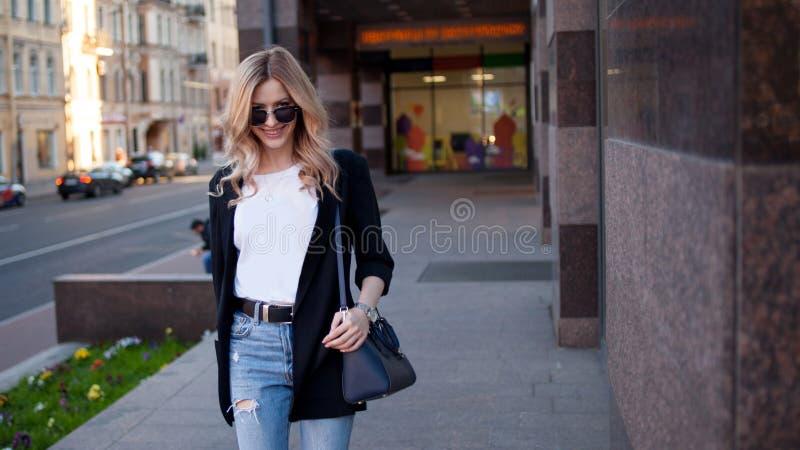 Junge Geschäftsfrau geht um die Stadt stockbilder