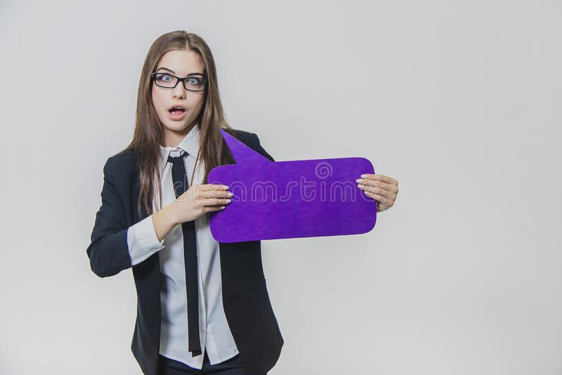 Junge Geschäftsfrau hält ein violettes Spracheblase closse zu, das rechteckig ist, auf stockbilder