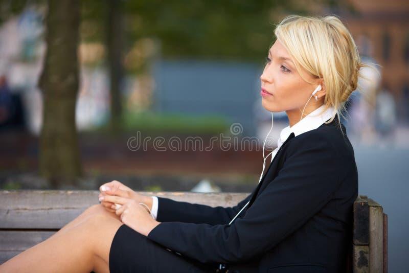 Junge Geschäftsfrau-hörende Musik lizenzfreie stockbilder