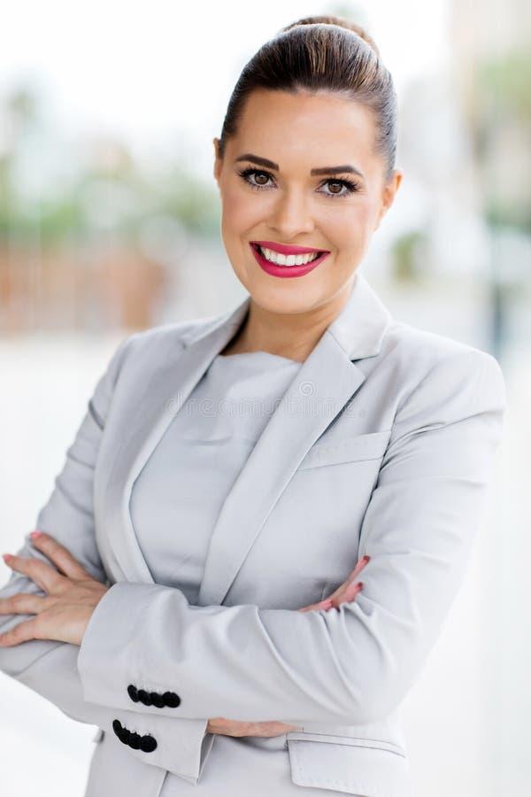 Junge Geschäftsfrau im Büro lizenzfreie stockfotografie