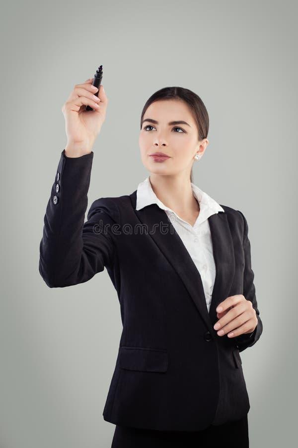 Junge Geschäftsfrau im schwarzen Anzugs-Behälter stockfotos