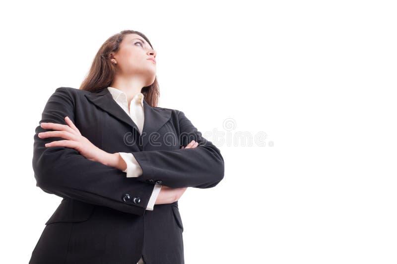 Junge Geschäftsfrau mit den Armen kreuzte oben schauen lizenzfreie stockbilder