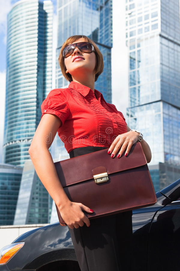 Junge Geschäftsfrau mit einem Aktenkoffer lizenzfreie stockbilder