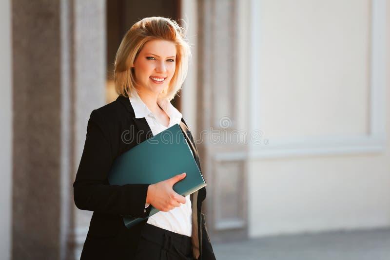 Junge Geschäftsfrau mit einem Faltblatt lizenzfreies stockbild