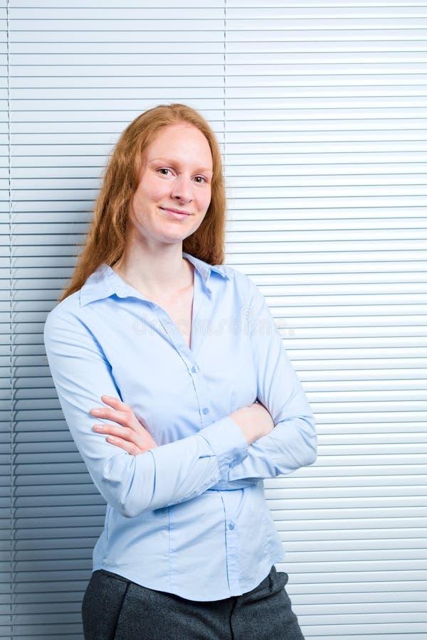 Junge Geschäftsfrau mit einem Lächeln lizenzfreie stockbilder