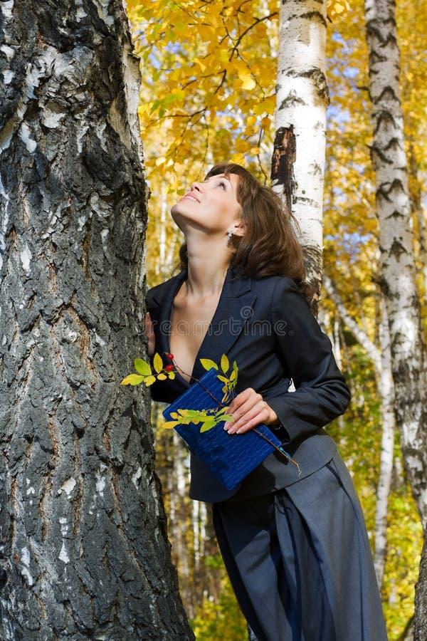 Junge Geschäftsfrau mit einem Notizbuch. lizenzfreie stockfotografie