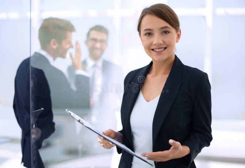Junge Geschäftsfrau mit Klemmbrett stockbilder