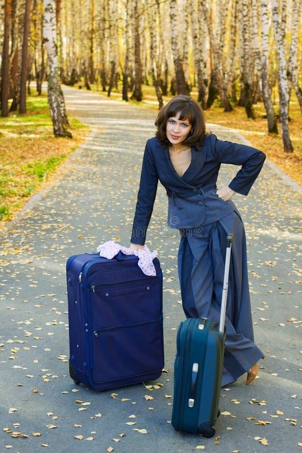 Junge Geschäftsfrau mit Koffer. lizenzfreies stockfoto
