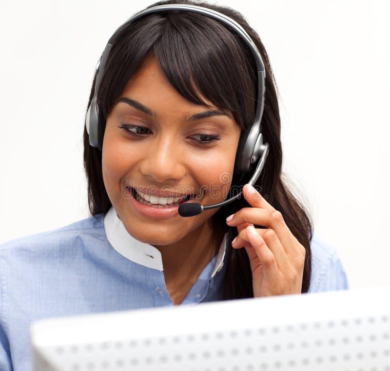 Junge Geschäftsfrau mit Kopfhörer ein lizenzfreie stockfotografie