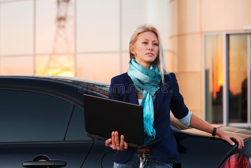 Junge Geschäftsfrau mit Laptop lizenzfreies stockfoto