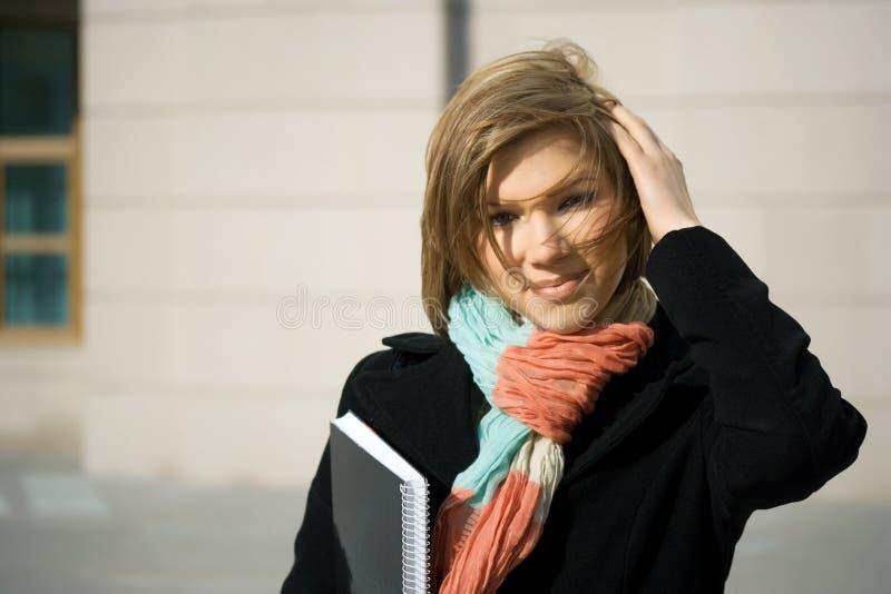 Junge Geschäftsfrau mit Notizbuch. lizenzfreie stockfotos
