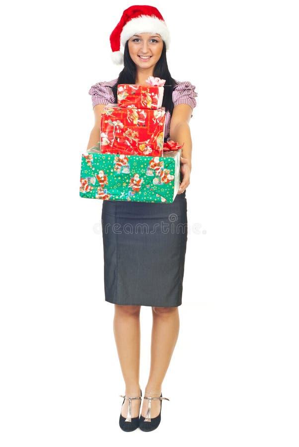 Junge Geschäftsfrau mit Weihnachtsgeschenken lizenzfreie stockfotografie