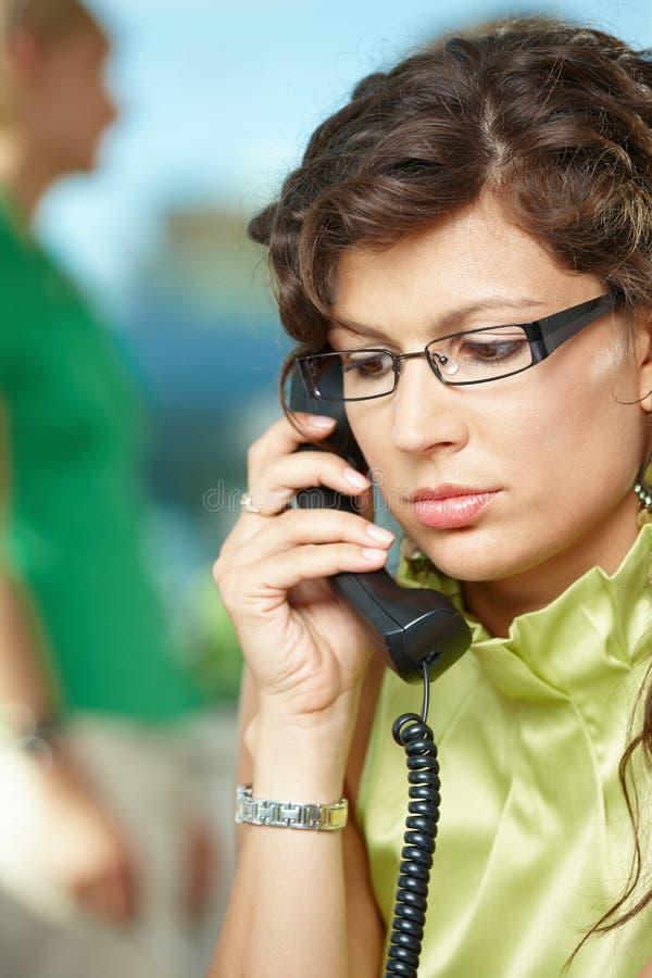 Junge Geschäftsfrau am Telefon stockbilder
