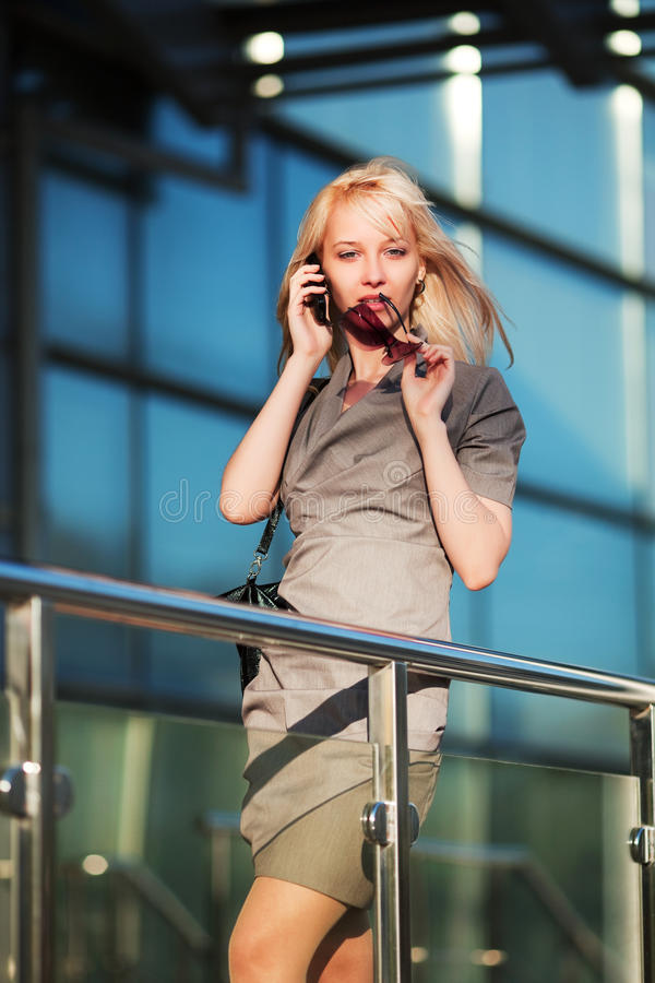 Junge Geschäftsfrau am Telefon. lizenzfreie stockfotos