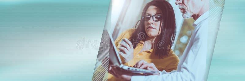 Junge Geschäftsfrau und älterer Geschäftsmann, die, Lichteffekt zusammenarbeitet Panoramische Fahne stockfoto