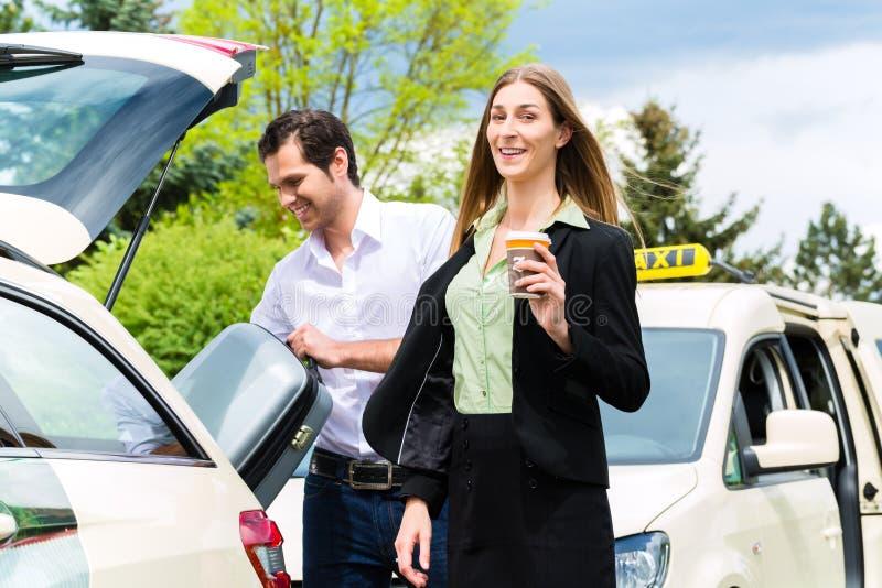 Junge Geschäftsfrau vor Taxi stockbild